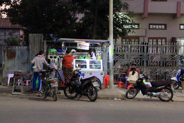 Stand de nourriture dans la rue à Mandalay - l'autre ailleurs au Myanmar (Birmanie) et Thaïlande, une autre idée du voyage