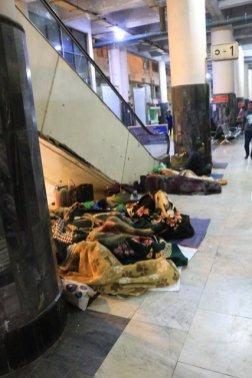 miséreux dans la gare de Mandalay - l'autre ailleurs au Myanmar (Birmanie) et Thaïlande, une autre idée du voyage