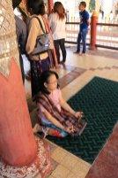 prière dans un des 2000 temples et pagodes de Bagan - l'autre ailleurs au Myanmar (Birmanie) et Thaïlande, une autre idée du voyage