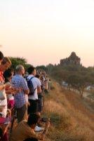 quelques (pour ne pas dire beaucoup de) touristes attendent le coucher du soleil sur les temples de Bagan - l'autre ailleurs au Myanmar (Birmanie) et Thaïlande, une autre idée du voyage