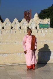 moine(sse) bouddhiste dans un temple à Bagan - l'autre ailleurs au Myanmar (Birmanie) et Thaïlande, une autre idée du voyage