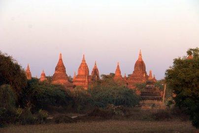 stupas parmi les 2000 monuments, temples et pagodes de Bagan - l'autre ailleurs au Myanmar (Birmanie) et Thaïlande, une autre idée du voyage