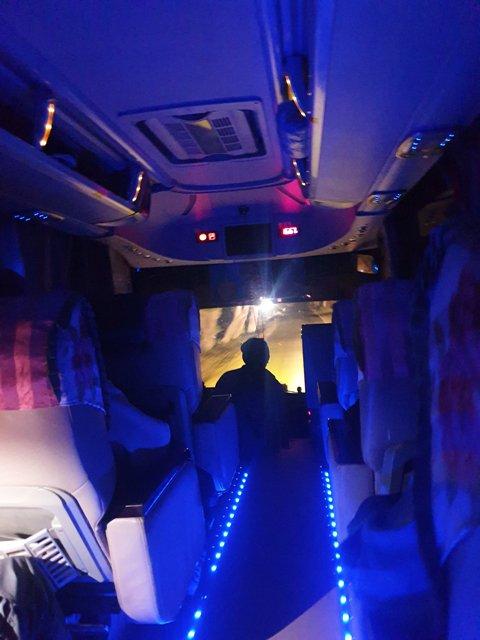 ambiance bleue nuit du bus de nuit pour Bago (Pegou). - l'autre ailleurs au Myanmar (Birmanie) et Thaïlande, une autre idée du voyage