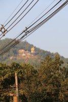 un autre temple tout en haut de la montagne en face à Kin Pun - l'autre ailleurs au Myanmar (Birmanie) et Thaïlande, une autre idée du voyage