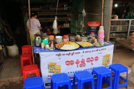 dans une rue de la petite ville de Kin Pun - l'autre ailleurs au Myanmar (Birmanie) et Thaïlande, une autre idée du voyage
