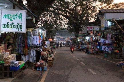 dans la rue principale de la petite ville de Kin Pun, près du site de Golden Rock (le rocher d'or) au Mynmar - l'autre ailleurs au Myanmar (Birmanie) et Thaïlande, une autre idée du voyage