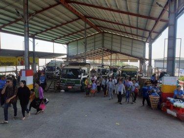 les bus à l'arrivée sur le site de Golden Rock (le rocher d'or) depuis la petite ville de Kin Pun - l'autre ailleurs au Myanmar (Birmanie) et Thaïlande, une autre idée du voyage