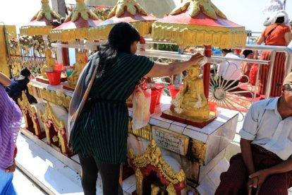 rituel sur le site du fameux rocher d'or (Golden Rock) au Myanmar - l'autre ailleurs au Myanmar (Birmanie) et Thaïlande, une autre idée du voyage