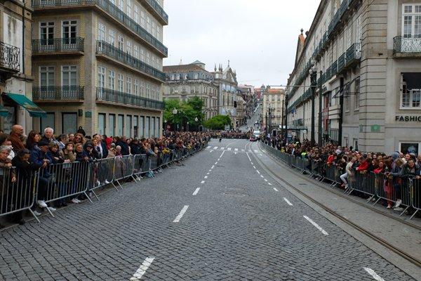 attendant le défilé d'étudiants pour la fin de leurs études dans les rues de Porto - l'autre ailleurs à Porto, une autre idée du voyage