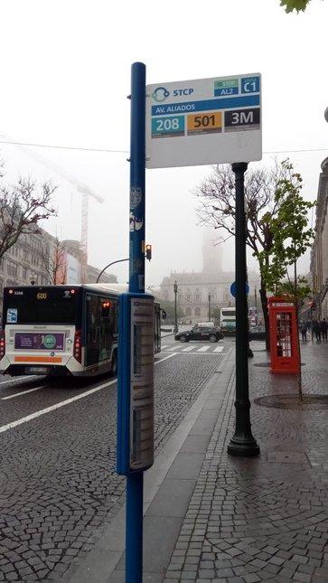 Arrêt du bus 3M pour aller depuis le centre ville (ici avenue ALIADOS) vers l'aéroport (de 1h à 5h du matin) - l'autre ailleurs à Porto, une autre idée du voyage
