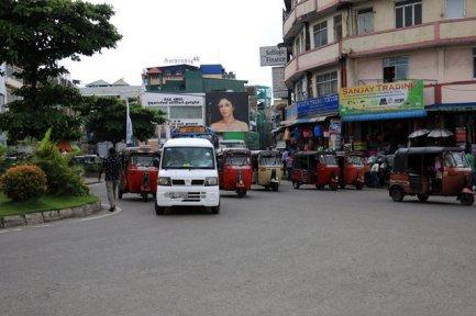 les tuc_tuc sont les rois de la circulation, ambiance klaxon garantie - l'autre ailleurs au Sri-Lanka, une autre idée du voyage