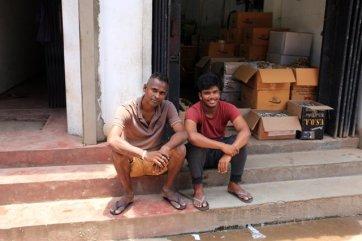 deux inconnus qui se prêtent au jeu de la photo - l'autre ailleurs au Sri-Lanka, une autre idée du voyage