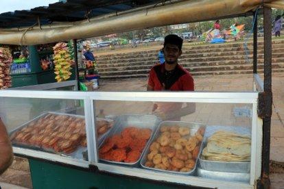 vendeur de glettes à la crevette le long de Galle Face Green (près de l'océan) - l'autre ailleurs au Sri-Lanka, une autre idée du voyage
