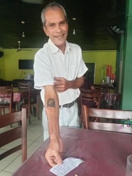 Ché Guevara sur le bras du serveur dans ce restaurant dans la partie ville moderne de Galle - l'autre ailleurs au Sri-Lanka, une autre idée du voyage