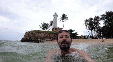 baignade dans l'océan indien près des fortifications de Galle - l'autre ailleurs au Sri-Lanka, une autre idée du voyage