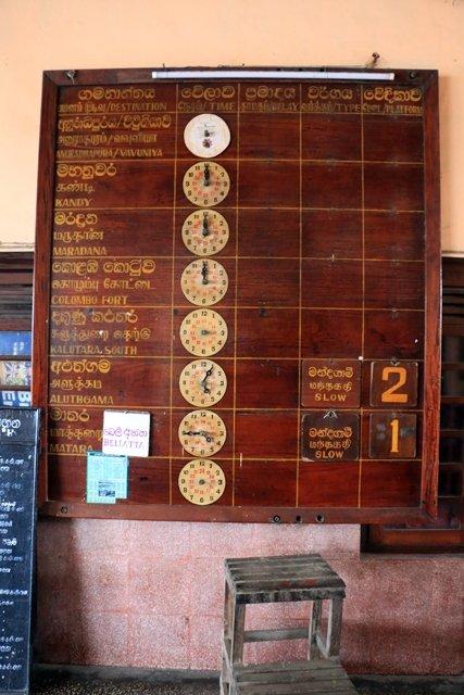 les horaires des trains dans la gare de Galle - l'autre ailleurs au Sri-Lanka, une autre idée du voyage
