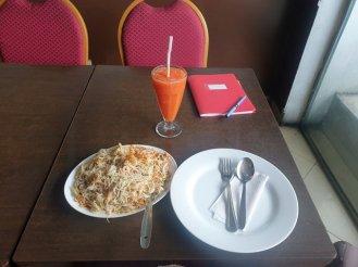 déjeuner solo, nouilles aux fruits de mer avec jus de fruits - l'autre ailleurs au Sri-Lanka, une autre idée du voyage