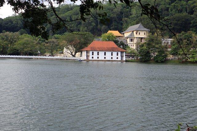 le lac de Kandy - l'autre ailleurs au Sri-Lanka, une autre idée du voyage