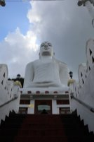 le grand bouddha blanc à Kandy - l'autre ailleurs au Sri-Lanka, une autre idée du voyage