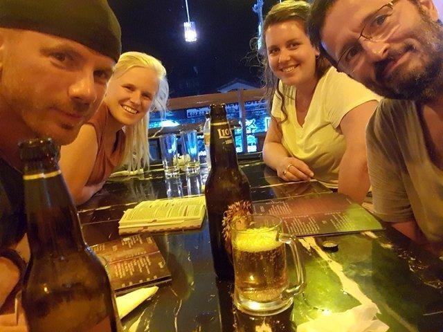 dîner et rires avec, en tournant dans le sens des aiguilles d'une montre depuis le premier plan à gauche: Alex, Liesbeth, Eva et moi à Mirissa dans le restaurant Big Belly - l'autre ailleurs au Sri-Lanka, une autre idée du voyage