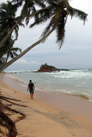 Alex sur la plage de Mirissa - l'autre ailleurs au Sri-Lanka, une autre idée du voyage