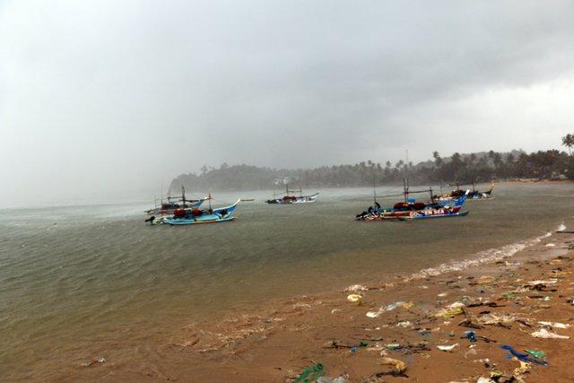 bateau de pêche et plage déguelasse :( à Mirissa - l'autre ailleurs au Sri-Lanka, une autre idée du voyage