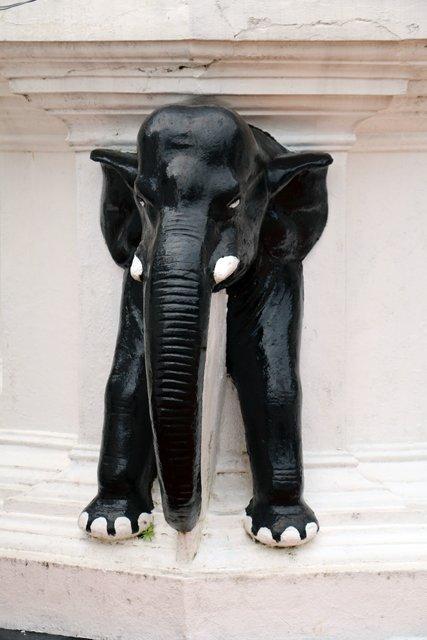 un éléphant dans un temple à Mirissa - l'autre ailleurs au Sri-Lanka, une autre idée du voyage