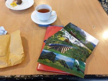 écriture des cartes postales, dans un salon de thé à Nuwara Elyia - l'autre ailleurs au Sri-Lanka, une autre idée du voyage