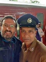 avec le chef de gare dans la gare de Nuna Oya - l'autre ailleurs au Sri-Lanka, une autre idée du voyage