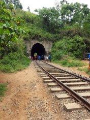 attention au train en marchant sur la voie, près d'Ella - l'autre ailleurs au Sri-Lanka, une autre idée du voyage