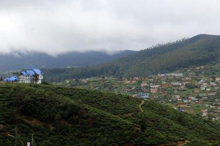la vue depuis l'hôtel où je séjourne à Nuwara Elyia. On se croirait en Ecosse, le climat avec. - l'autre ailleurs au Sri-Lanka, une autre idée du voyage