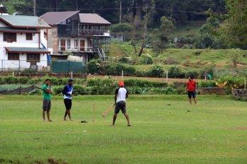 joueurs de cricket, un héritage anglais, à Nuwara Elyia - l'autre ailleurs au Sri-Lanka, une autre idée du voyage