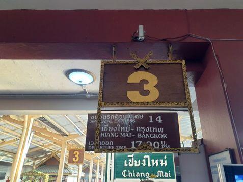 en gare de Chiang Mai, en attendant le train de nuit pour Bangkok - l'autre ailleurs au Myanmar (Birmanie) et Thaïlande, une autre idée du voyage