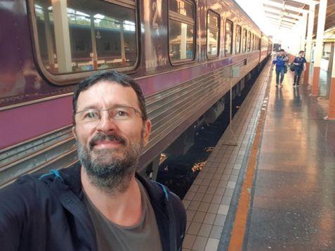 quai n°3, en gare de Chiang Mai, en attendant le train de nuit pour Bangkok - l'autre ailleurs au Myanmar (Birmanie) et Thaïlande, une autre idée du voyage