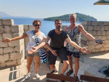 une belle rencontre avec Agnès et Bruno un couple en voyage en Croatie et ici sur les remparts de Dubrovnik - l'autre ailleurs en Croatie, une autre idée du voyage