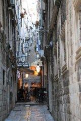 A Dubrovnik adossée à la montagne on y trouve des rues qui grimpent de nombreux escaliers - l'autre ailleurs en Croatie, une autre idée du voyage