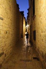 dans un rue de la vieille ville de Dubrovnik au soir venu - l'autre ailleurs en Croatie, une autre idée du voyage