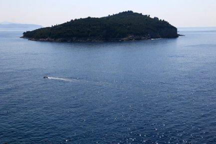 une île proche de Dubrovnik vue depuis les remparts qui ceinturent la vieille ville - l'autre ailleurs en Croatie, une autre idée du voyage