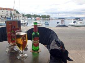 un petite bière sur le port de Supetar sur l'île de Brač - l'autre ailleurs en Croatie, une autre idée du voyage
