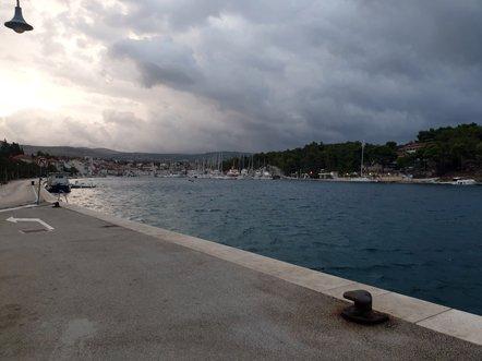 le port de Milna sur l'île de Brač où je dois prendre le bateau pour Dubrovnik - l'autre ailleurs en Croatie, une autre idée du voyage