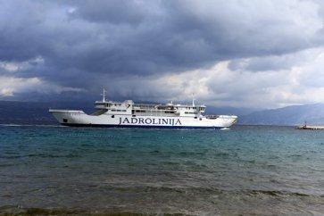 la bateau entrant dans le port de Supetar sur l'île de Brač- l'autre ailleurs en Croatie, une autre idée du voyage