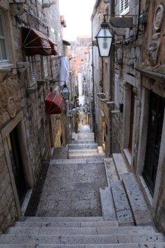 ça grimpe ! dans la rue de la vieille ville de Dubrovnik - l'autre ailleurs en Croatie, une autre idée du voyage