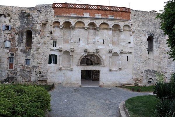 The Golden Gate (en croate: Zlatna vrata - en latin: Porta Aurea) à Split - l'autre ailleurs en Croatie, une autre idée du voyage