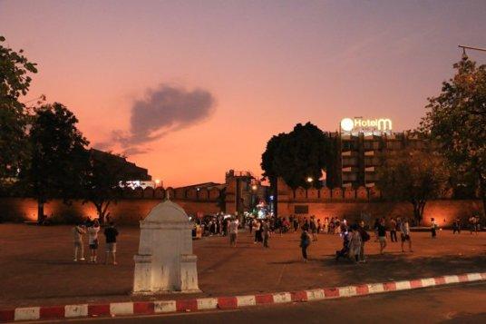 couleurs d'Asie, à la tombée de la nuit devant la porte Thapae à Chiang Mai - l'autre ailleurs au Myanmar (Birmanie) et Thaïlande, une autre idée du voyage