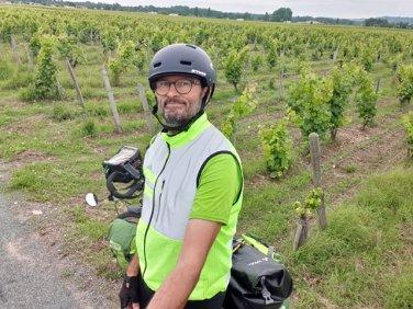 dans le vignoble bordelais, que de belles routes entre les vignes de part et d'autre, ici à Preignac (33) - l'autre ailleurs en Vélo, une autre idée du voyage (www.autre-ailleurs.fr)