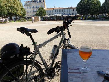 un bière place Colbert à Rochefort (17) - l'autre ailleurs en Vélo, une autre idée du voyage (www.autre-ailleurs.fr)