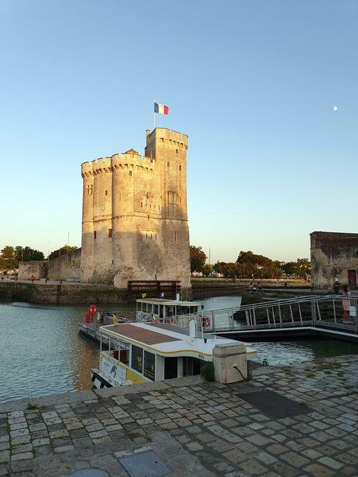 la tour St Nicolas au bout du port de La Rochelle (17) - l'autre ailleurs en Vélo, une autre idée du voyage (www.autre-ailleurs.fr)