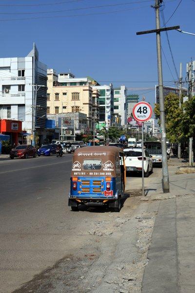 Attention roulez à 48 Km/h c'est précis, à Mandalay au Myanmar - l'autre ailleurs au Myanmar (Birmanie) et Thaïlande, une autre idée du voyage