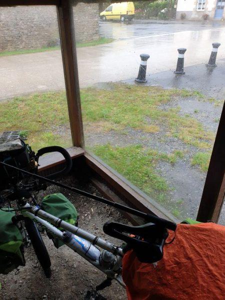 la pluie est de retour et à Arzal (56) cet abri de fortune est le bienvenu - l'autre ailleurs en Vélo, une autre idée du voyage (www.autre-ailleurs.fr)