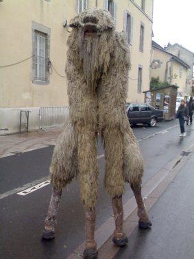 Photo d'un mouton sur echasse, festival d'Aurillac